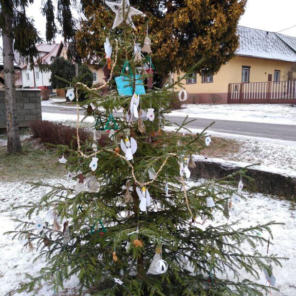 Zdobenie Vianočných stromčekov s deťmi Základnej a materskej školy.