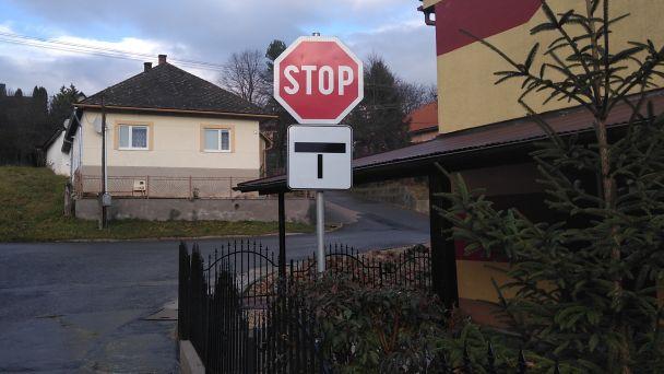 Nové dopravné značky v obci.
